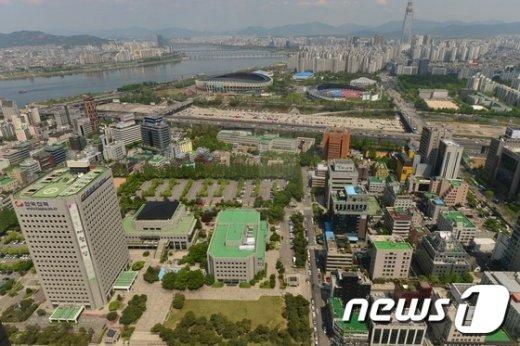 서울 무역센터에서 바라본 한국전력과 잠실 종합운동장 일대 부지의 모습.  /뉴스1 © News1