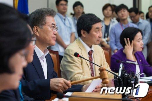 [사진]최고위원회의 주재하는 문재인