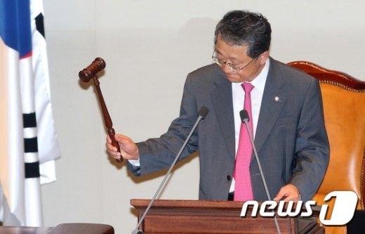 [사진]의사봉 두드리는 김재경 예결위원장
