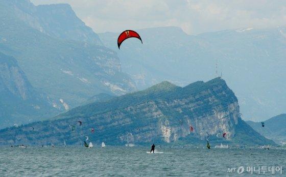 바람의 힘을 이용해 즐기는 카이트 서핑/사진제공=요트피아