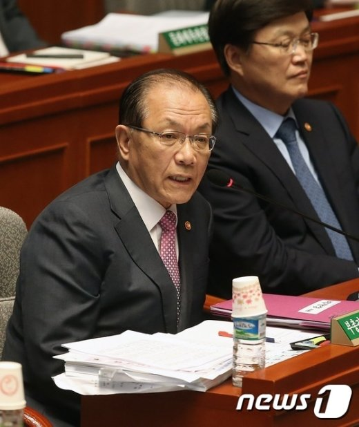 [사진]'부산대 교수 투신사건' 답변하는 황우여 부총리