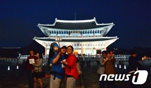 3일 밤 야간개장한 서울 경복궁에서 시민 및 관광객들이 즐거운 시간을 보내고 있다. 야간관람 행사 기간은 5월 2일~5월 14일까지 (경복궁 5월 12일, 창경궁 5월 11일 휴무)로 오후 7시부터 오후 10시까지 개방한다. 이 기간 국립고궁박물관은 오후 10시까지 연장(5월 4일, 5월 11일 휴무)개방한다. 입장마감은 오후 9시다. 2015.5.3/뉴스1 © News1