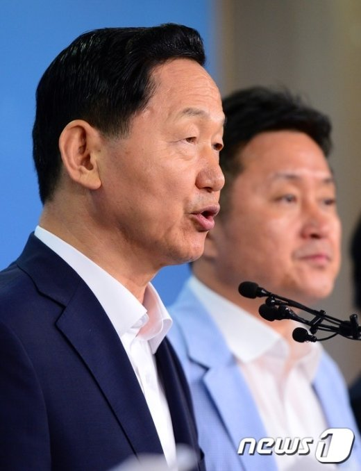 [사진]제8차 혁신안 발표하는 김상곤 혁신위원장