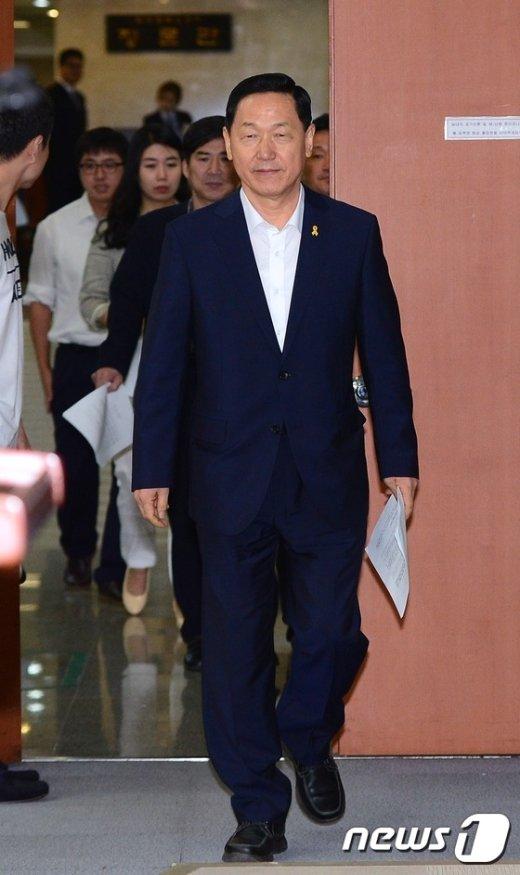[사진]기자회견장 들어서는 김상곤 혁신위원장