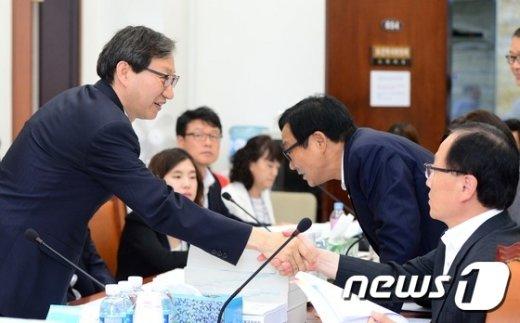 [사진]위원들과 인사 나누는 김성주 소위원장