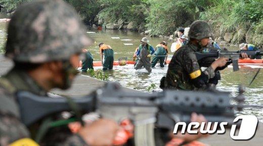 [사진]민·관·군 합동으로 이뤄진 양재천 유해물질 제거 훈련