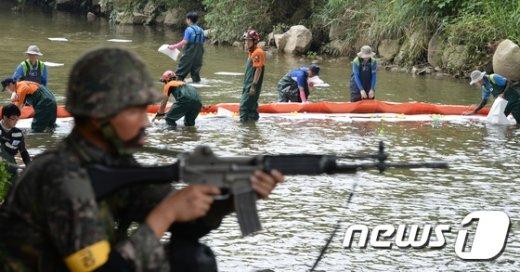 [사진]양재천 유해물질 제거에 민·관·군 합동 대응훈련