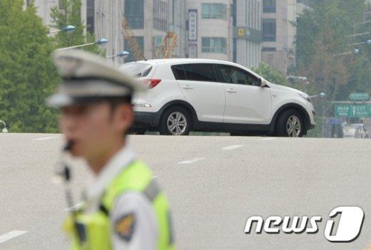 [사진]민방위 훈련 중 불법유턴하는 차량