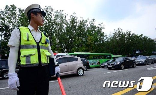 [사진]민방위 훈련에 멈춘 차량들
