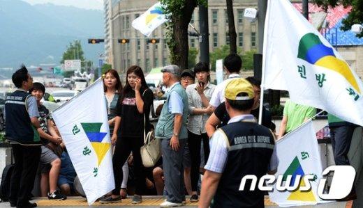 [사진]민방위 훈련 통제에 따르는 시민들