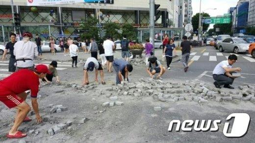 [사진]서울대입구역 사거리에 쏟아진 벽돌치우기