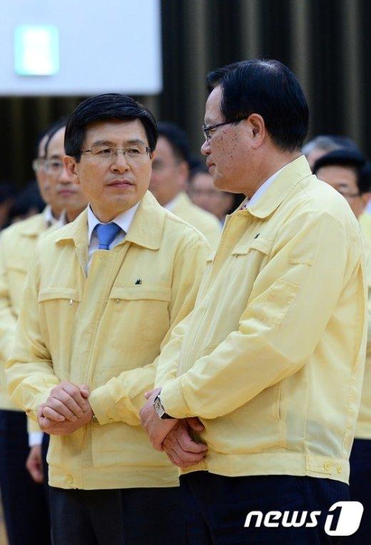 [사진]대화 나누는 총리와 국회의장