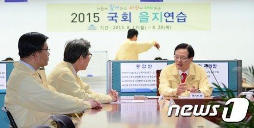 [사진]국회을지연습 상활실 찾은 정의화 국회의장