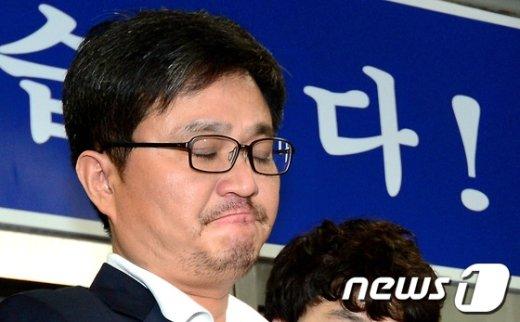 김형식(45) 서울시의회 의원이 지난해 7월3일 오후 서울 강서경찰서에서 나와 검찰로 송치되고 있다. /뉴스1 © News1