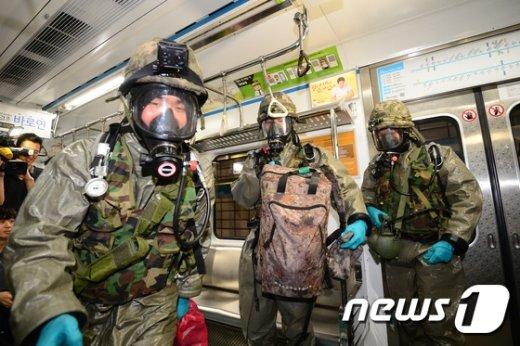 [사진]지하철에 등장한 군병력