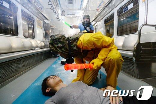 [사진]'지하철 내 독가스 테러 대비 훈련'