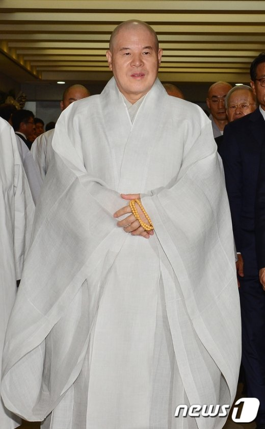 [사진]고 이맹희 명예회장 빈소 나서는 자승 스님