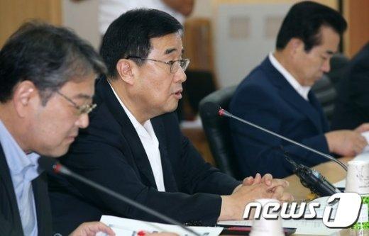 [사진]'위안화 대책' 세미나 인사말하는 김정훈 정책위의장