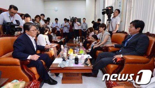새누리당 조원진 원내수석부대표(왼쪽)와 새정치민주연합 이춘석 원내수석부대표. © News1