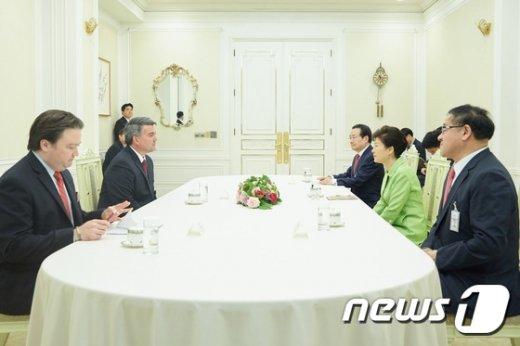 [사진]환담 나누는 박 대통령