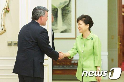 [사진]박 대통령, 가드너 미 상원 동아태소위원장 접견