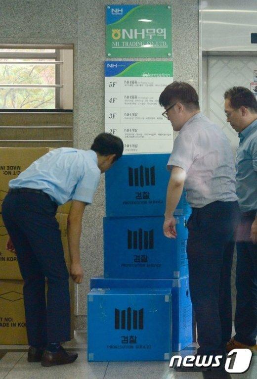 [사진]압수품 옮기는 검찰