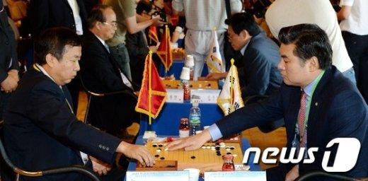 원유철 새누리당 의원(오른쪽)과 레이샹 중국 인민정치협상회의 위원(왼쪽)이 지난해 8월1일 여의도 국회 사랑재에서 열린 한-중 친선 바둑교류전에서 대국을 펼치고 있다.