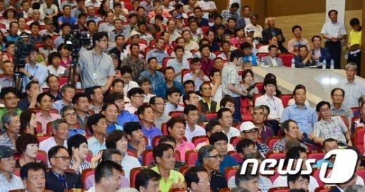 지난 10일 오후 서울 여의도 국회 의원회관 대회의실에서 열린 '합리적 김영란법 시행령 제정을 위한 국내농축산업 대토론회'에 축산업계 종사자들이 참석하고 있다. © News1