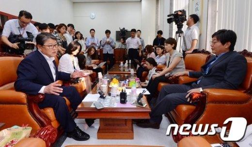 새누리당 조원진 원내수석부대표(왼쪽)와 새정치민주연합 이춘석 원내수석부대표 © News1