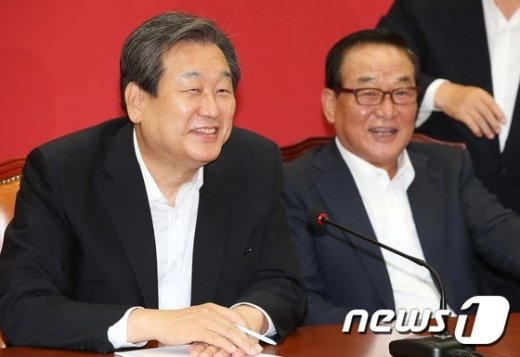 [사진]웃음짓는 김무성-서청원