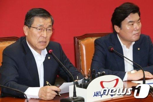 [사진]최고위 발언하는 황진하 사무총장