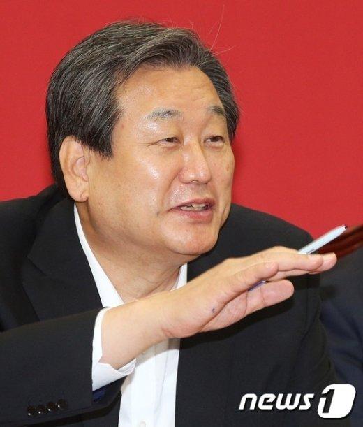 [사진]환한 얼굴의 김무성 대표