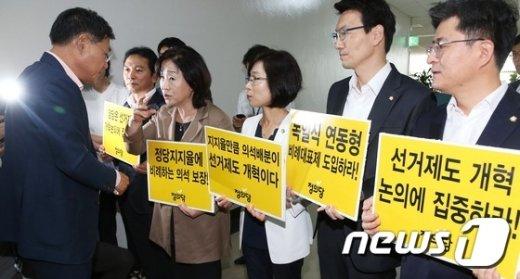 [사진]정의당의 피켓 항의