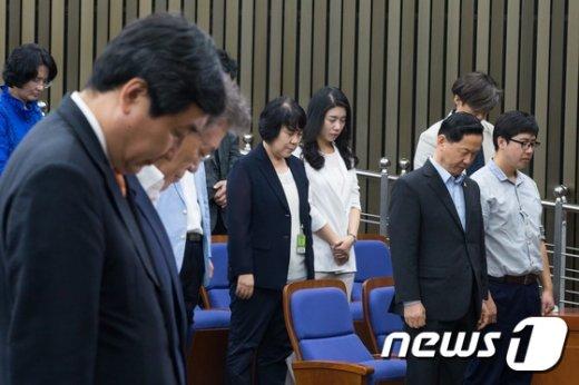 [사진]묵념하는 野 지도부와 김상곤 혁신위원장