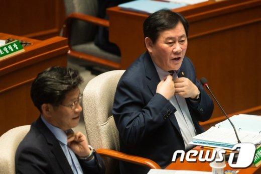 [사진]최경환 '넥타이 답답하네요'