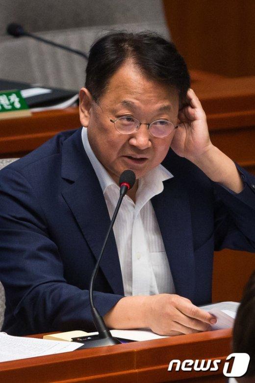 [사진]유일호 국토부 장관 예결위 답변