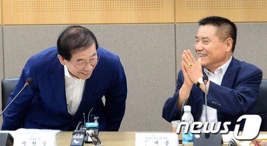 [사진]남대문시장 상인들에게 인사하는 박원순 시장