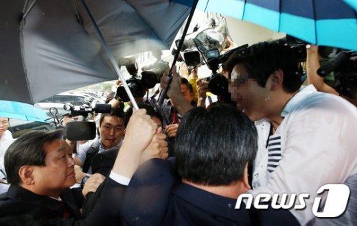 [사진]김무성 대표 '험난한 명예박사 수여식 가는길'