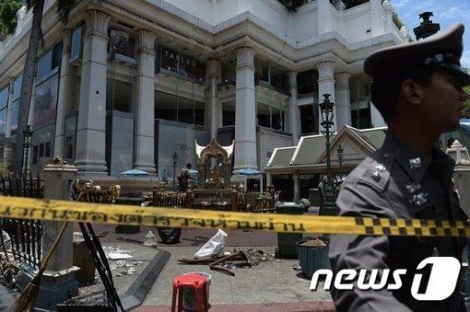 태국 수사당국이 방콕 테러현장에서 조사를 벌이고 있다. © AFP=뉴스1 © News1