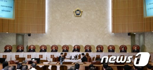 양승태 대법원장(가운데)과 대법관들이 20일 오후 서울 서초동 대법원에서 열린 한명숙 의원의 정치자금 수수 혐의에 대한 판결을 하기 위해 참석하고 있다. 대법원 전원합의체(주심 이상훈 대법관)는 건설업자 한만호씨로부터 불법정치자금 9억원을 받은 혐의로 불구속기소된 한명숙 전 총리에 대한 상고심에서 원심 판결대로 징역 2년형을 확정했다. 2015.8.20/뉴스1 © News1