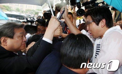 [사진]김무성 '험난한 명예박사의 길'