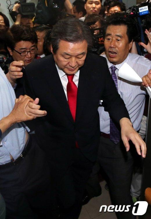 [사진]김무성 '명예박사의 길 험난하다'