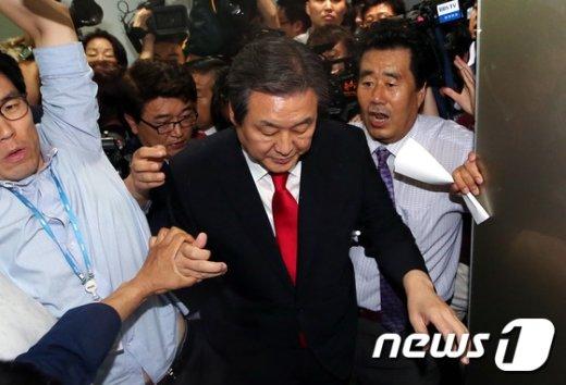[사진]김무성 '정치 명예박사 험난하다'