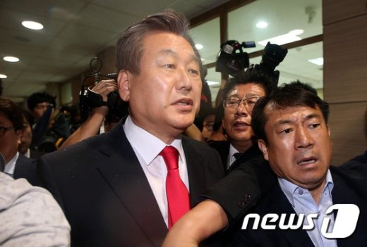 [사진]김무성 '학생들 항의에 난감하네'