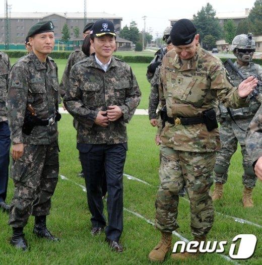 [사진]주한미군 제2보병사단 둘러보는 정두언 위원장