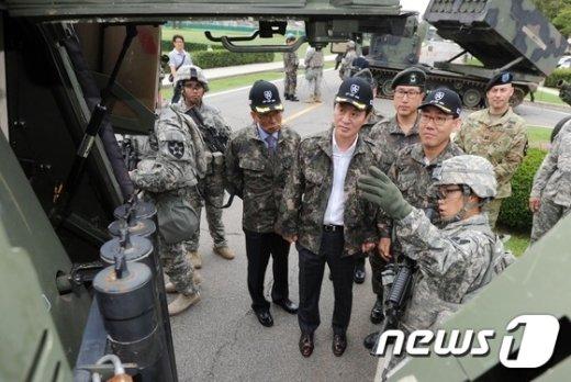 [사진]무기 설명 듣는 국방위원들