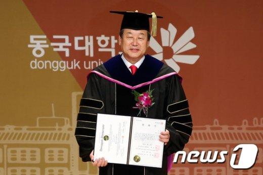 [사진]김무성 '동국대 명예 정치학 박사'