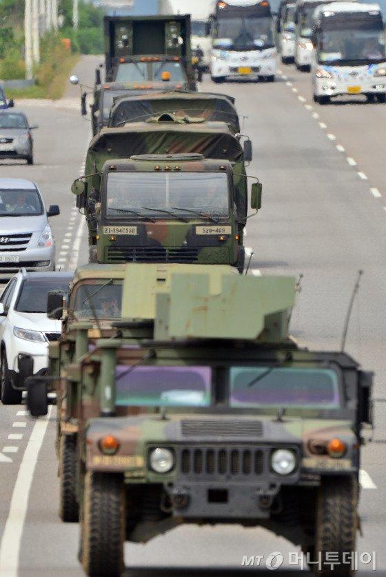 북한 포격도발 뒷날인 지난 21일 오후 주한미군차량들이 경기도 파주시 탄현면 도로를 지나고 있다. / 사진 = 뉴스1