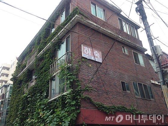 서울 영등포구 신길동에 위치한 한 다가구주택 벽에 '하숙 안내문'이 붙어있다. /사진=신현우 기자