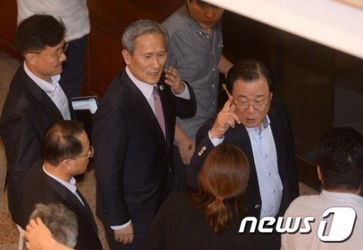 [사진]이병기 비서실장, 청와대서 김관진 실장 마중